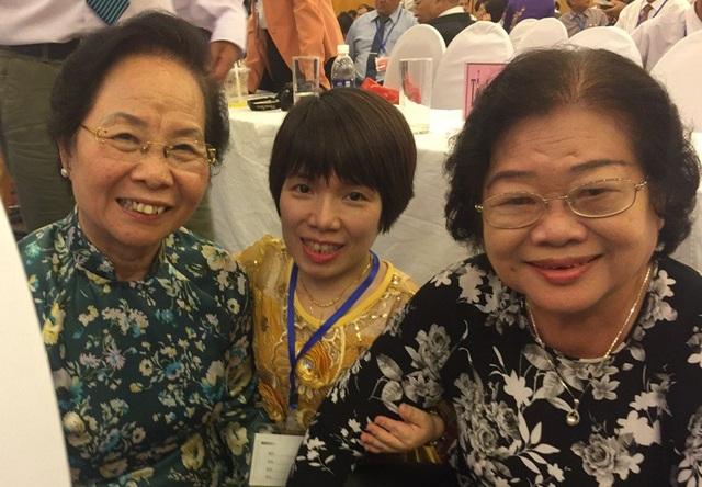Chị Hiền chụp ảnh lưu niệm cùng nguyên Phó Chủ tịch nước Trương Mỹ Hoa (bên phải ảnh) và nguyên Phó Chủ tịch nước, Chủ tịch Hội Khuyến học Việt Nam Nguyễn Thị Doan - Ảnh NVCC