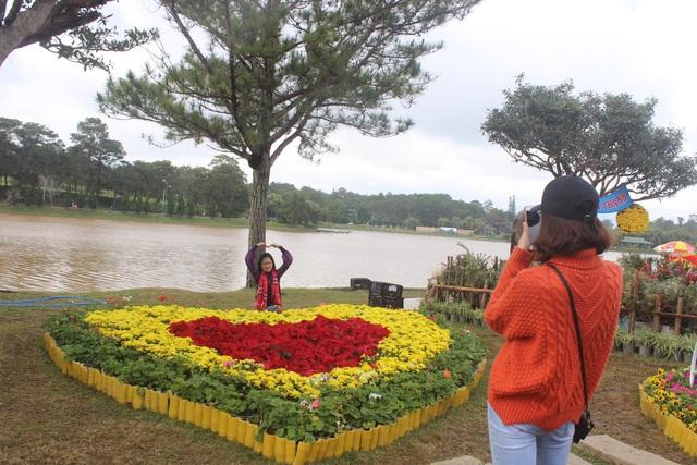 Ngoài ra còn nhiều không gian hoa độc đáo quanh hồ Xuân Hương.