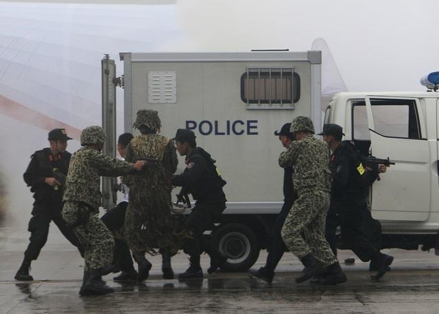 Nhóm khủng bố đã lần lượt bị cảnh sát bắt giữ, áp giải lên xe chuyên dụng