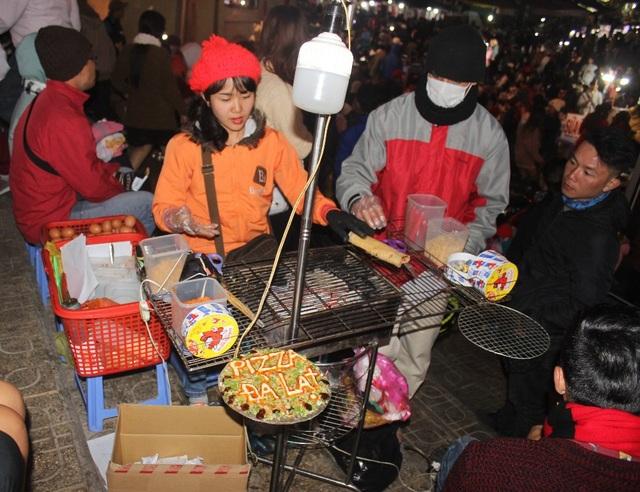 Du khách chen chân tại chợ Đà Lạt đêm giao thừa - 7