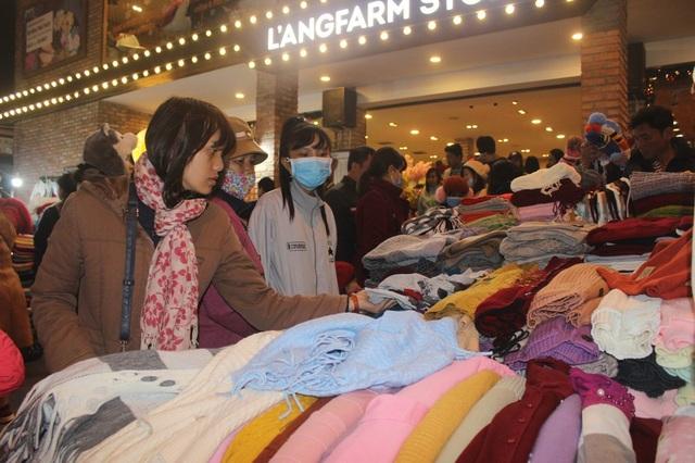 Du khách chen chân tại chợ Đà Lạt đêm giao thừa - 4