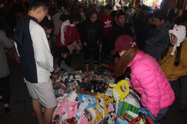 Du khách chen chân tại chợ Đà Lạt đêm giao thừa - 5