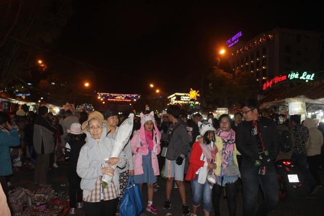 Hàng ngàn du khách chen chân tại khu chợ đêm Đà Lạt