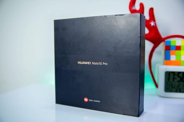 Vỏ hộp của máy mang những đặc trưng của Huawei, vẫn là màu đen được in các dòng chữ đơn giản và khá sang trọng.