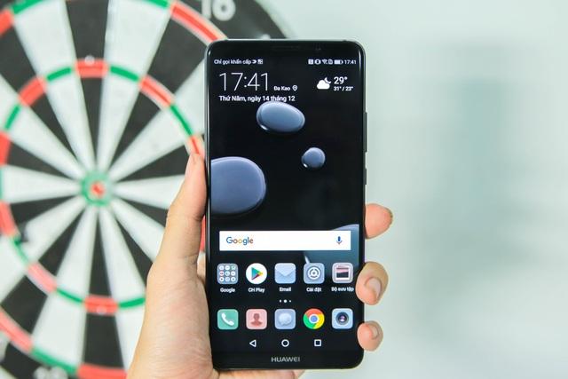Ở mặt trước, máy trang bị màn hình 6 inch sử dụng công nghệ màn hình OLED 18:9. Đây được xem là thiết bị thứ 2 trên thế giới sử dụng công nghệ OLED trên smartphone thương mại.