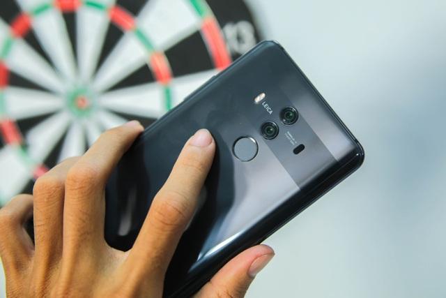 Phía trên mặt lưng gây ấn tượng với hệ thống camera kép với sự kết hợp cùng Leica và đi cùng cảm biến vân tay phía dưới.
