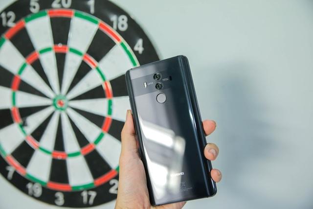Mate 10 Pro 1 sở hữu lối thiết kế nguyên khối với mặt lưng bằng kính 3D bao phủ gần sát viền màn hình.
