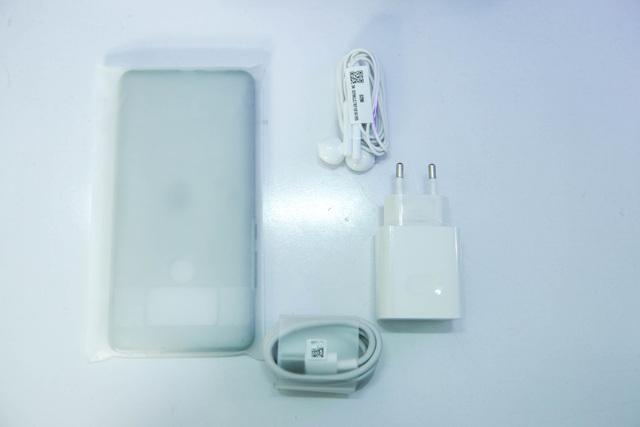 Bên trong hộp là phụ kiện gồm sạc, cáp USB Type-C, tai nghe và ốp lưng