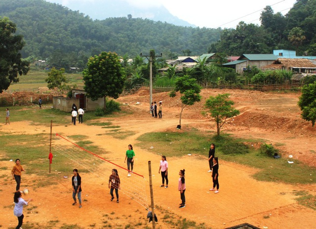 Đường điện chạy qua khu thể dục thể thao của nhà trường - nơi hàng ngày học sinh vẫn thường vui chơi, học tập