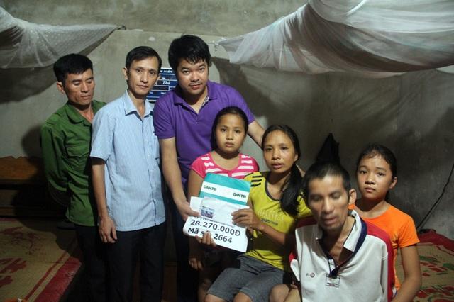 PV Dân trí trao số tiền 28.270.000 đồng của bạn đọc cho gia đình hai bé Lệ Hằng, Vàng Anh.