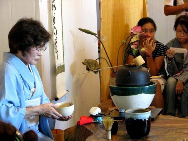 """Trà đạo - nền văn hóa ẩm thực của Nhật Bản sẽ được giới thiệu trong """"Không gian văn hóa hữu nghị Việt - Nhật"""". Trong ảnh: Các nghệ nhân Nhật Bản giới thiệu trà đạo tại Hội An trong các kì giao lưu trước"""