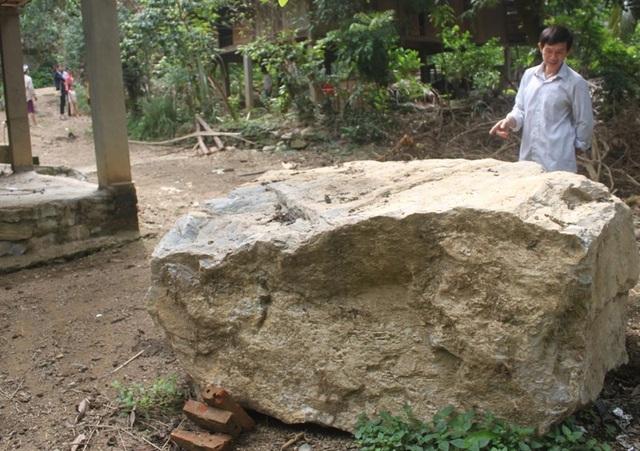 Hàng chục khối đá lơn, nhỏ lăn vào nhà dân sau đợt mưa lũ vừa qua