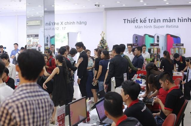 Không khí mua iPhone X chính hãng ngày đầu ở Việt Nam