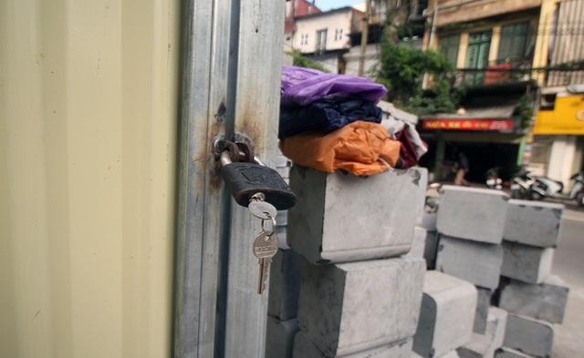 Dự án tạm dừng, cửa rào tôn đóng kín, đát làm vỉa hè chất đống... chờ đợi.
