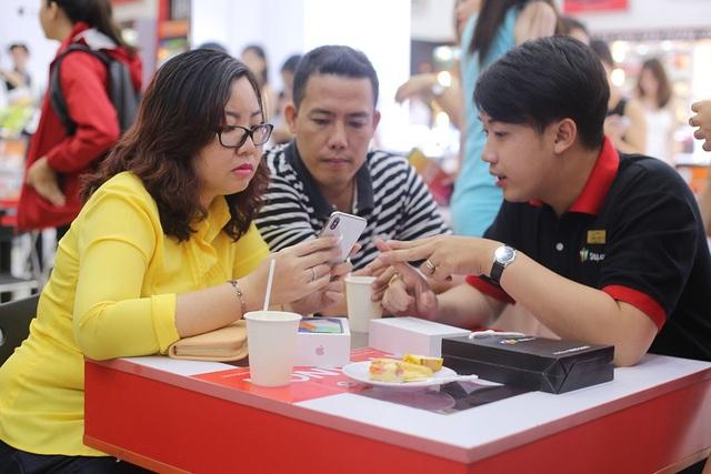 iPhone X màu silver đang hút khách Việt