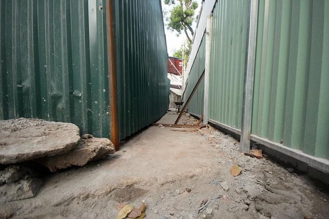 Những vòm cầu này nằm gần ngã tư Phùng Hưng - Hàng Cót - Hàng Lược. Đoạn vỉa hè qua đây cũng được cải tạo, lát lại gạch. Hiện toàn bộ dự án được quây bằng rào tôn, chờ các bước triển khai tiếp theo.