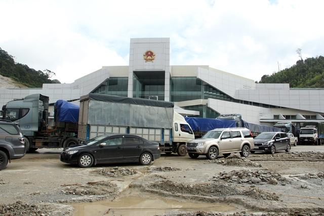 Tòa nhà liên hợp, cũng là là Quốc môn tại Cửa khẩu Quốc tế Cầu Treo nối với nước bạn Lào còn quá ngổn ngang dù đã sắp bàn giao.