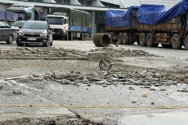 Sân tòa nhà kết hợp đường giao thông đã thi công do bất hợp lí buộc phải đào lên làm lại.