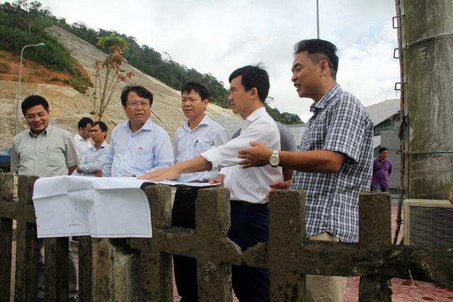 PCT UBND tỉnh Hà Tĩnh dẫn đầu đoàn công tác của tỉnh kiểm tra tổng thể các công trình tại Cửa khẩu Quốc tế Cầu Treo chiều ngày 7/10.