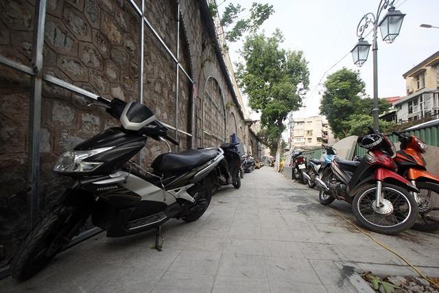 Trong khi dự án tạm dừng, nhiều nơi thành chỗ để xe máy.