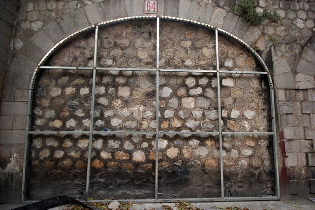 Một ô vòm cầu đã đặt khung thép nhưng chưa được gắn mặt vật liệu và vẽ tranh. Theo kế hoạch ban đầu, những bức tranh được thực hiện bởi các nghệ sĩ Hàn Quốc mô tả lại không gian, con người Hà Nội xưa.