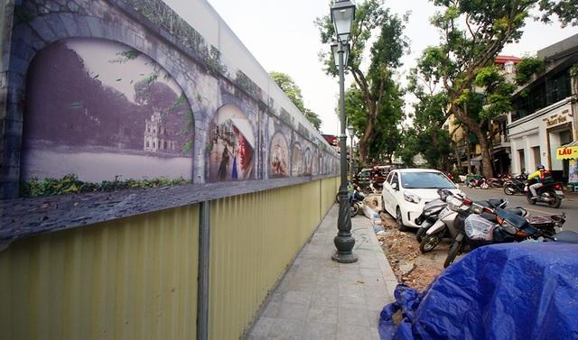 Trước đó, đại diện Sở VHTT Hà Nội và UBND quận Hoàn Kiếm cho biết các bức tranh cần chỉnh sửa vì có nhiều chi tiết không phù hợp. Được biết, nhóm họa sĩ Hàn Quốc đã về nước.