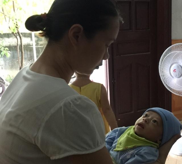 Bé Đặng Thị Ly La mới hơn 2 tháng tuổi bị tim bẩm sinh và đang chờ ngày phẫu thuật. Tuy nhiên, hiện sức khỏe cháu quá yếu nên gia đình cũng rất lo lắng.