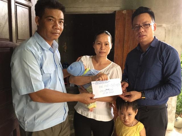 Cũng dịp này, bác Phi - một người dân ở huyện Quỳ Hợp thông qua báo Dân trí ủng hộ cháu bé 10 triệu đồng. Thay mặt bác Phi, PV Dân trí trao món quà ý nghĩa đến gia đình chị Lam.