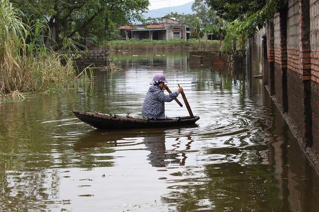 Nhiều nơi nước vẫn ngập sâu, việc đi lại vẫn phải bằng thuyền.