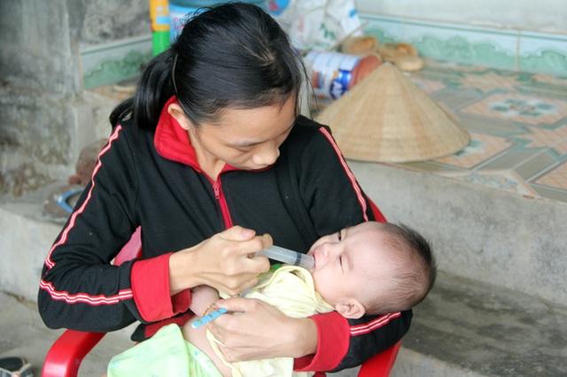 Vì quá khánh kiệt mà ngoài cháo, hằng ngày người mẹ phải cho bé Duy uống thêm nước pha tí đường thoảng. Khát sữa mẹ, thiếu dinh dưởng, nên bé Duy ốm yếu hơn những bé cùng trang lứa.
