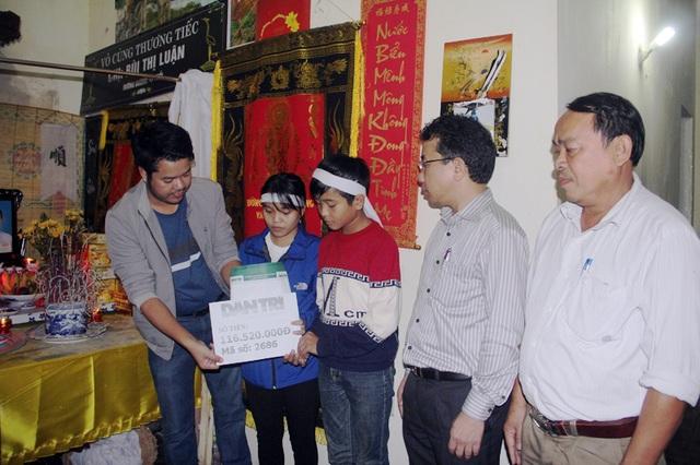 PV Dân trí cùng ông Hà Văn Trọng, Chủ tịch UBND TP Hà Tĩnh đại diện chính quyền xã Thạch Hưng trao số tiền 116,520 ngàn đồng cho chị em Ninh.