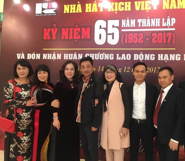 Nghệ sĩ Quốc Khánh và các đồng nghiệp trong sự kiện mừng Nhà hát Kịch Việt Nam tròn 65 năm tuổi. Ảnh: Tùng Long.
