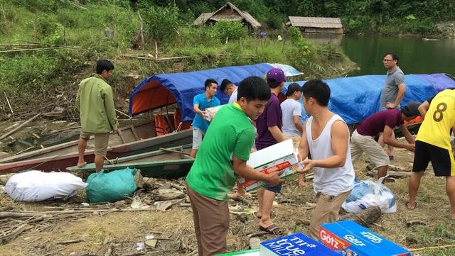 Hơn 2 tấn quà gồm kẹo bánh, sữa, sách vở... được vận chuyển bằng thuyền trên sông Nậm Nơn.