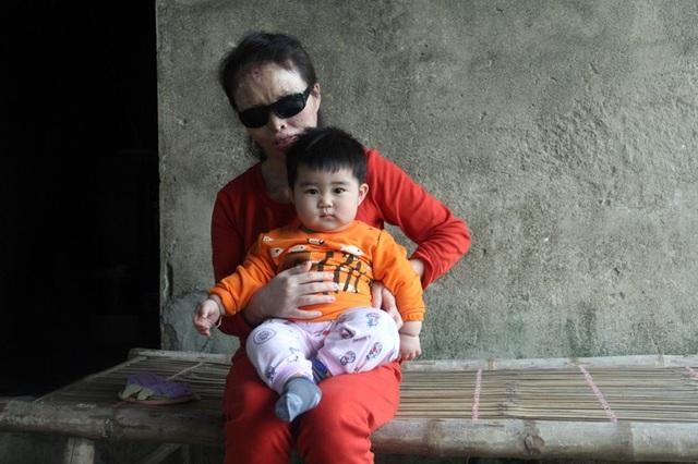 Lương và con gái hơn 1 tuổi của mình.