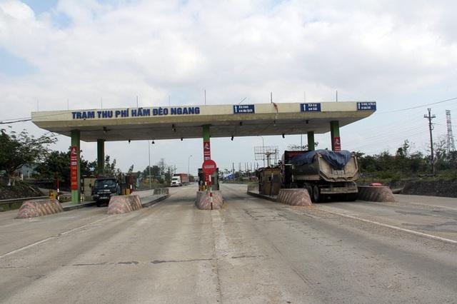 Trạm thu phí Đèo Ngang dừng hoạt động cả năm, không được tháo dỡ đe dọa an toàn tính mạng của người dân.