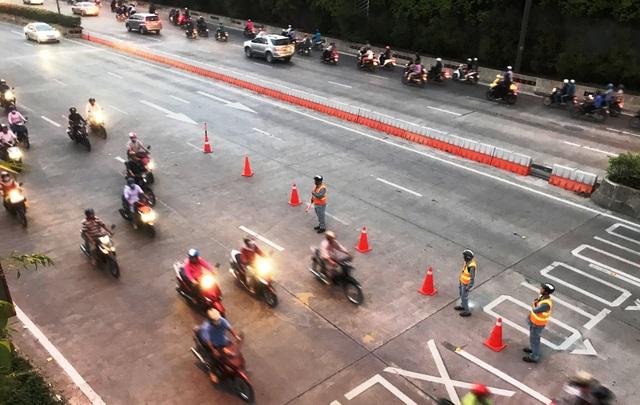 Lực lượng thuộc nhân viên Quản lý Đường hầm Thủ Thiêm tiến hành điều tiết, phân luồng giao thông trước cửa hầm vào giờ cao điểm chiều 13/12.