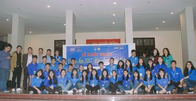 Hơn 50 bạn trẻ đồng hương Nghệ Tĩnh học tại Học viện Hành chính quốc gia lên đường tình nguyện tặng quà cho bà con dân tộc Chứt, tại bản Rào Tre, xã Hương Liên, huyện Hương Khê, Hà Tĩnh.