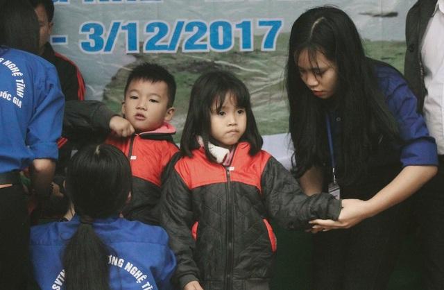 Tặng đồng phục mùa đông ấm cho 224 em học sinh trường Tiểu học Hương Liên.