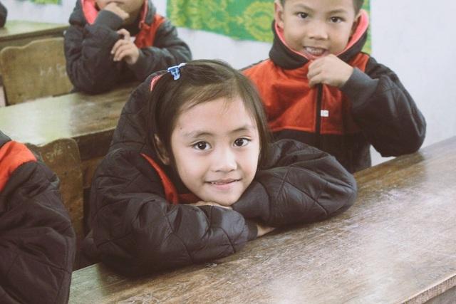 Các em học sinh Trường Tiểu học Hương Liên chủ yếu là đồng bào dân tộc Chứt khoác trên mình chiếc áo ấm mới vui vẻ.
