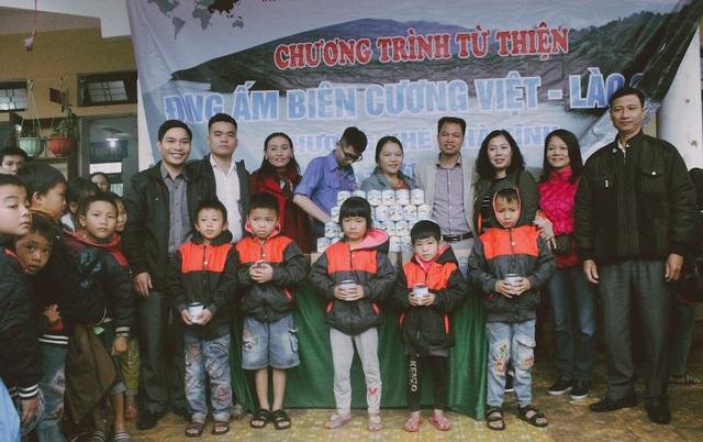 Tặng 180 hộp sữa đặc cho các em học sinh Tiểu học Hương Liên.