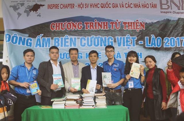 Tặng 150 đầu sách thiếu nhi cho trường Tiểu học xã Hương Liên, từ đó khuyến khích tinh thần đọc và học tập của các em.