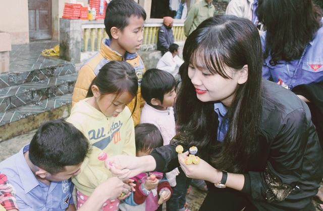 Các bạn sinh viên chăm chút từng cái kẹo cho các em đồng bào dân tộc Chứt trong buổi tặng quà.