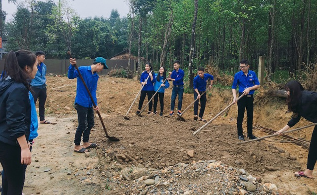Các bạn sinh viên tình nguyện phối hợp với chính quyền xã Hương Liên tiến hành làm đường giao thông, xây dựng đường điện thắp sáng nông thôn.