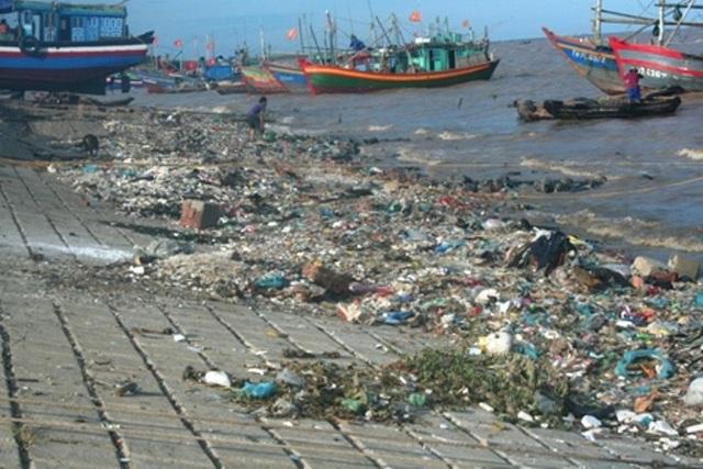 Vệ sinh môi trường tại các địa phương ven biển đang là vấn đề nhức nhối
