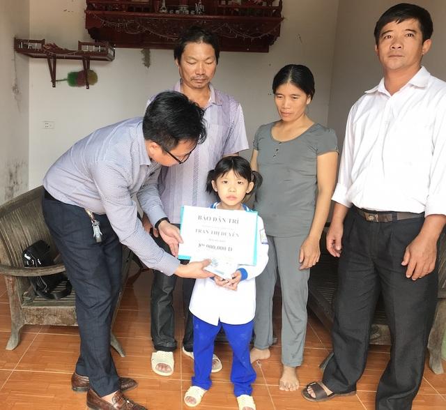 PV Dân trí trao 80 triệu đồng đến cháu Tùy Dương, tại xã Quỳng Ngọc, huyện Quỳnh Lưu.