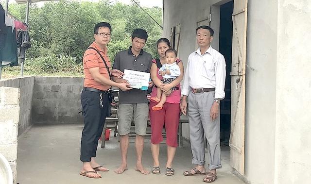 PV Dân trí cùng Chủ tịch UBND xã Thanh Tùng tiếp tục trao 80.450.000 đồng tới gia cảnh anh Nguyễn Cảnh Hương, tại xã Thành Tùng, Thanh Chương.