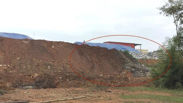 Bãi đổ thải đất đen trộn lẫn với nhau ra môi trường.