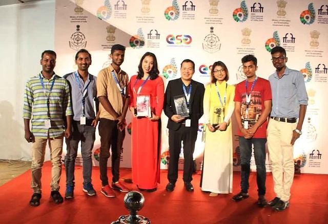 Ê-kíp phim Cha cõng con và giao lưu với các đoàn phim đến dự LHP Quốc tế Ấn Độ.