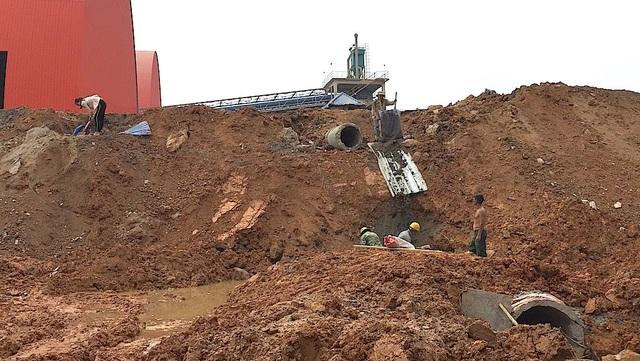 Theo người dân và các thợ xây tại đây, họ cho biết đang xây dựng cống nước thải đổ ra phía tường của nhà máy. Nếu quả thực xây cống nước thải đổ ra đây thì sẽ nguy hiểm khó lường.