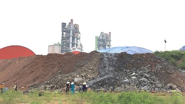 Bãi đổ chất thải được cho là nguy hại khiến người dân bức xúc.